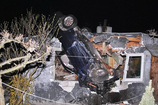 BMW wjechało w dom – jedna osoba nie żyje, 5 rannych