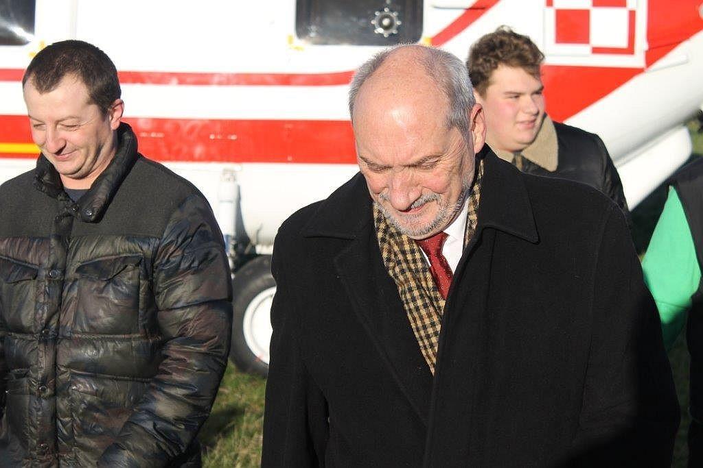 Minister Macierewicz wylądował w Świebodzicach [ZDJĘCIA]
