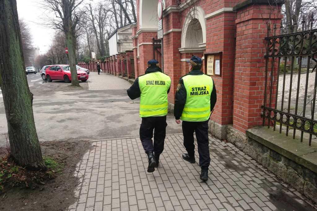 Strażnik pomoże odwiedzającym cmentarze