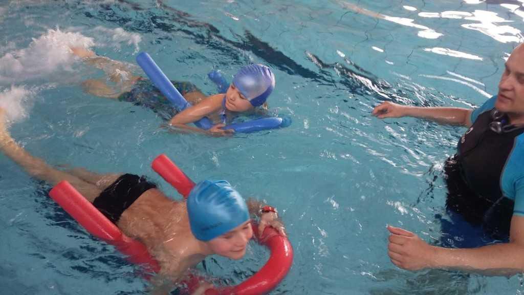 Poznają techniki pływania