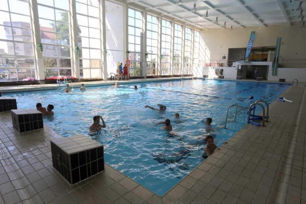 Dzieci nauczą się pływać
