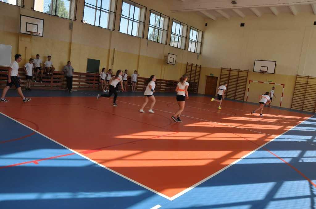 Nowa nawierzchnia sali sportowej przy Gimnazjum im.Szarych Szeregów w Pszennie