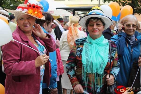 Seniorzy świętują. Przeszli w barwnej defiladzie i przejęli władzę (FOTO)