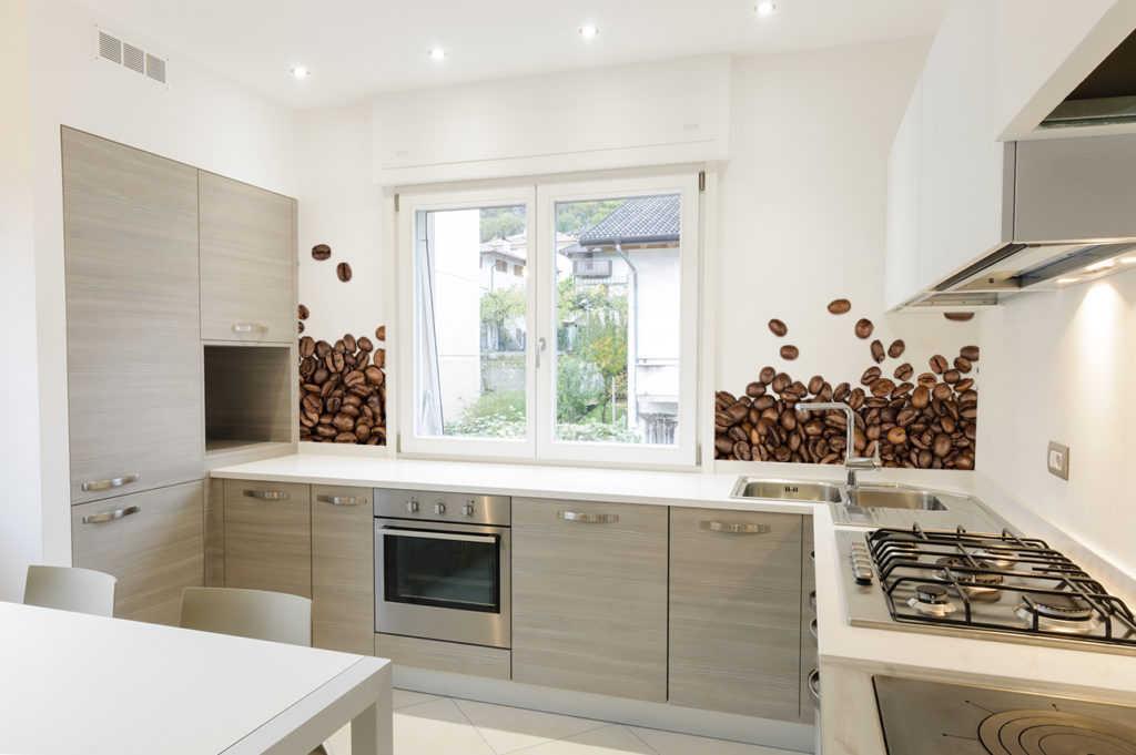 Naklejki na ścianę w kuchni otwartej na salon