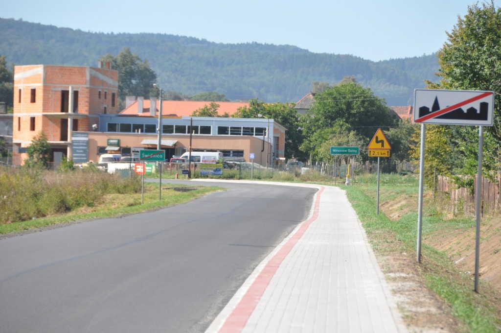 Remontowali chodniki  przy drogach powiatowych