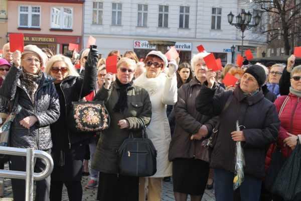 Kolejna runda Strajku Kobiet. Tym razem czerwona kartka dla rządu (FOTO)