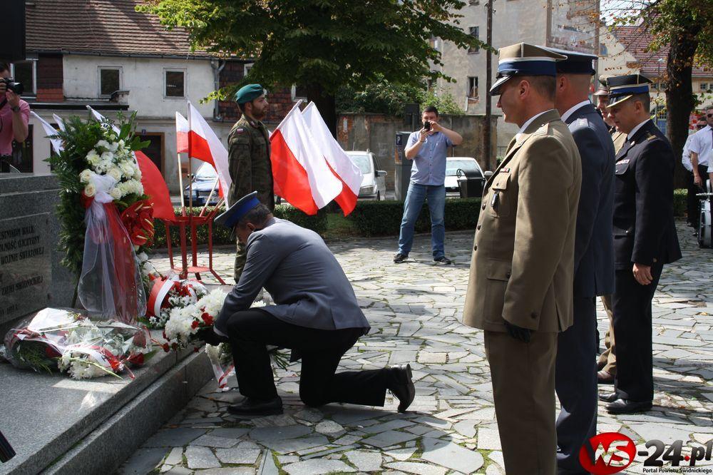 Patriotycznie pod pomnikiem