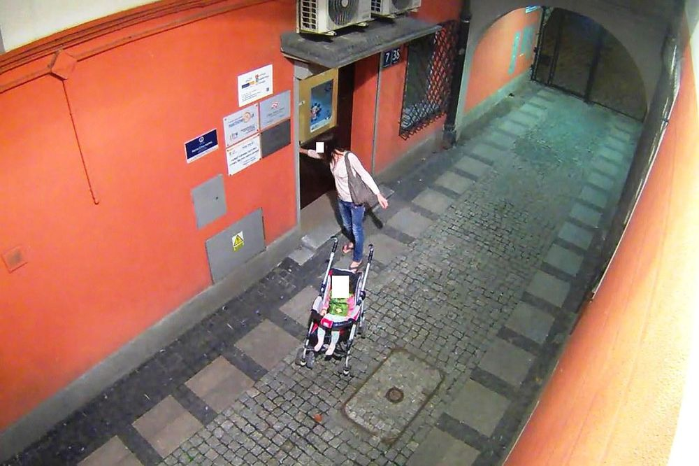 Pijana matka. Zataczając się pchała wózek z dzieckiem