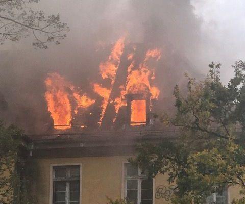 Pożar dachu byłego szpitala - zdjęcia