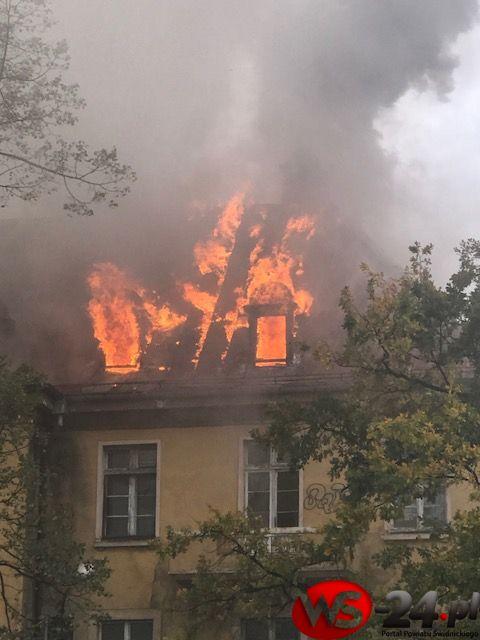 Pożar dachu byłego szpitala – zdjęcia