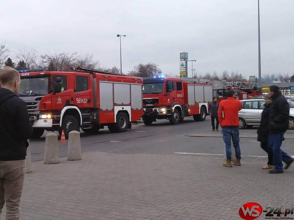Wozy straży pożarnej pod Tesco