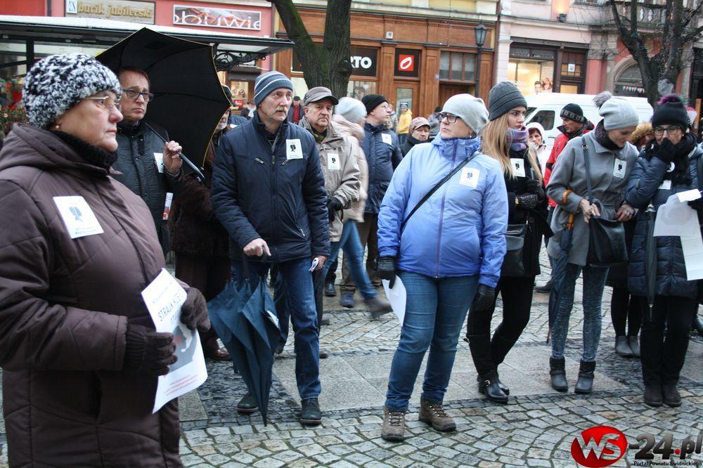 """Czarna Środa w Świdnicy. Chcą """"ratować kobiety"""" (FOTO)"""