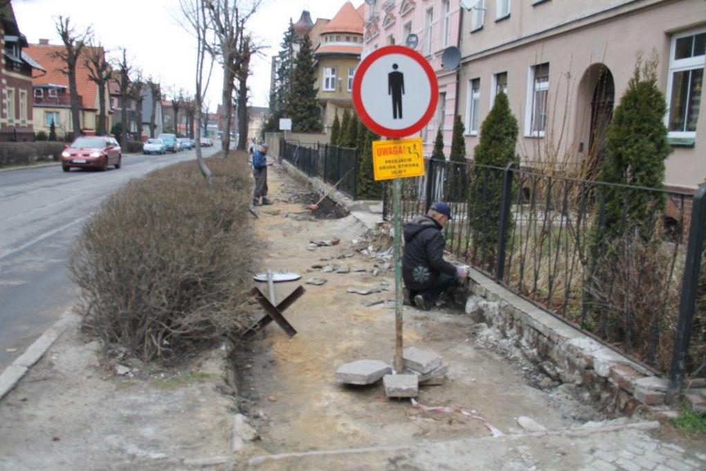 Remontują chodniki i drogi