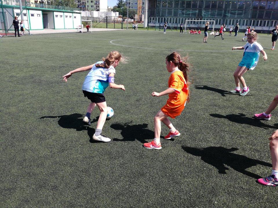 Młode piłkarki w akcji (FOTO)
