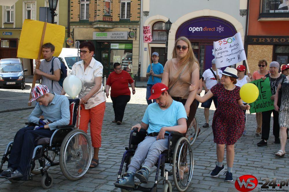 Popierają protestujących w Sejmie (FOTO)
