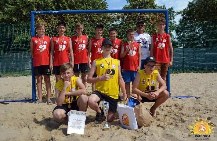 Młody ŚKPR ze złotem na plaży