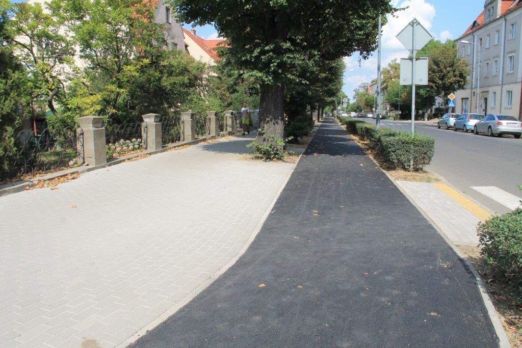 Leją asfalt na ścieżki
