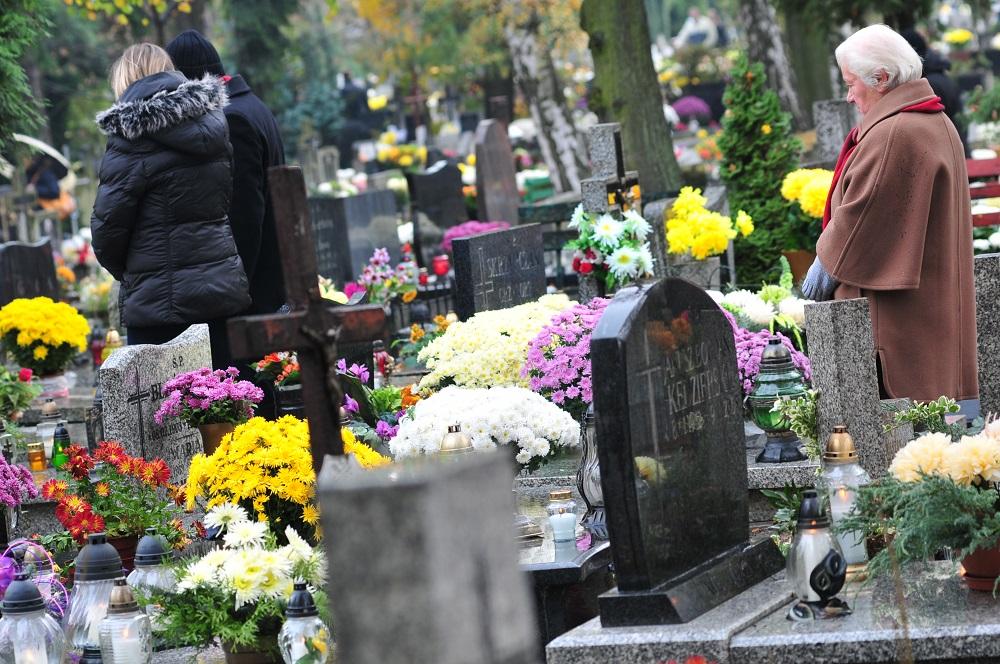 Bądź ostrożny – nie daj się okraść na cmentarzu